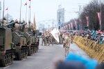 Foto: Militāro spēku parāde krastmalā pulcē tūkstošiem cilvēku