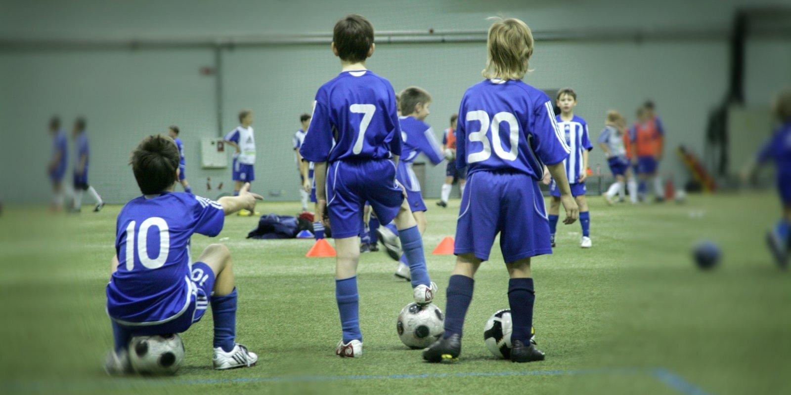 'Slaucamie vecāki'. Ienesīgās blēdības jauniešu futbolā un basketbolā