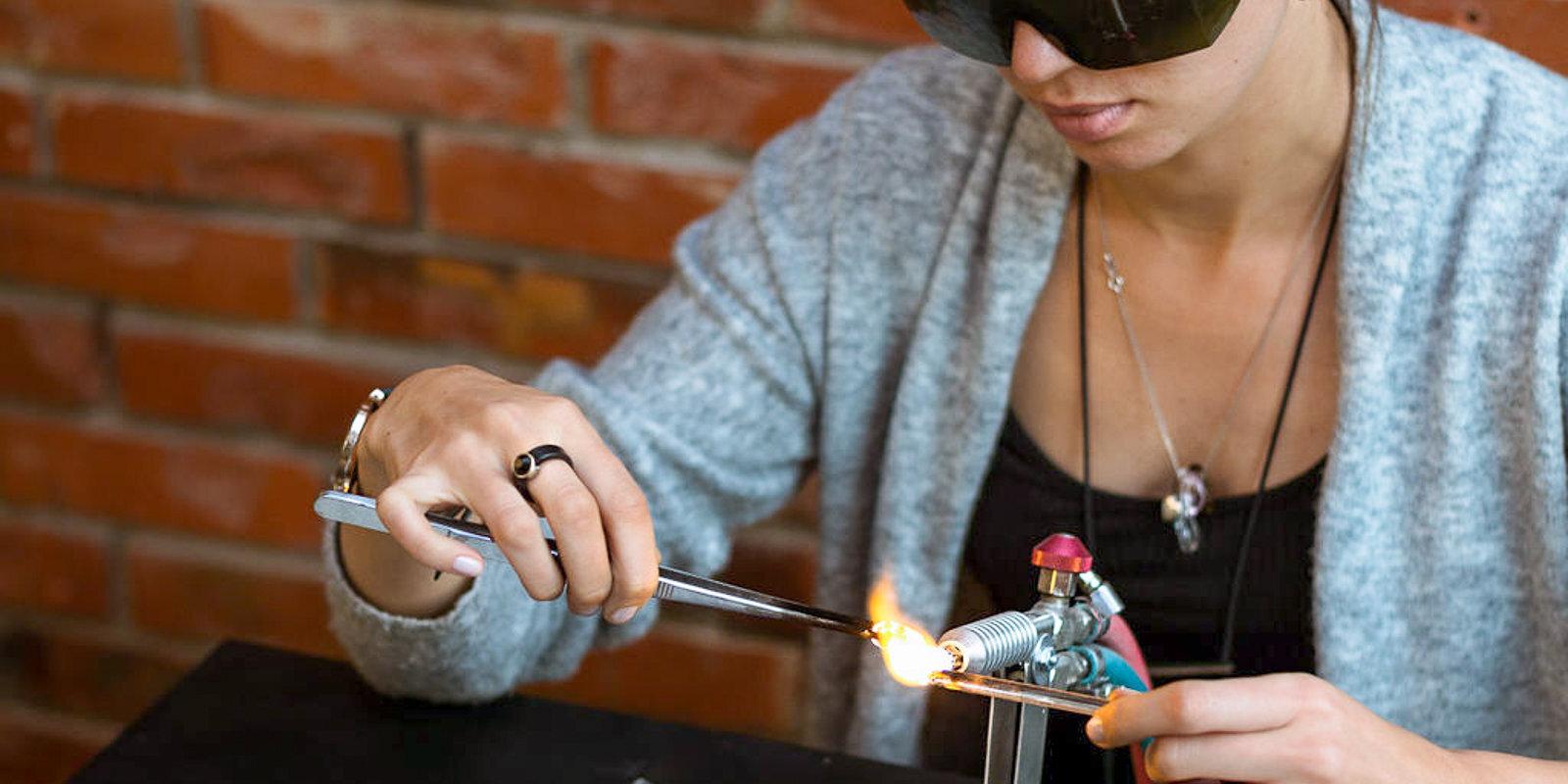 Spēlēties ar uguni vistiešākajā nozīmē: kā Ieva no stikla rada rotaslietas