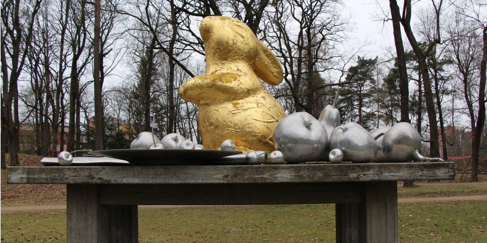 Klusā daba ar Lieldienu zaķi. Kur meklēt mākslu Rīgas ielās un parkos
