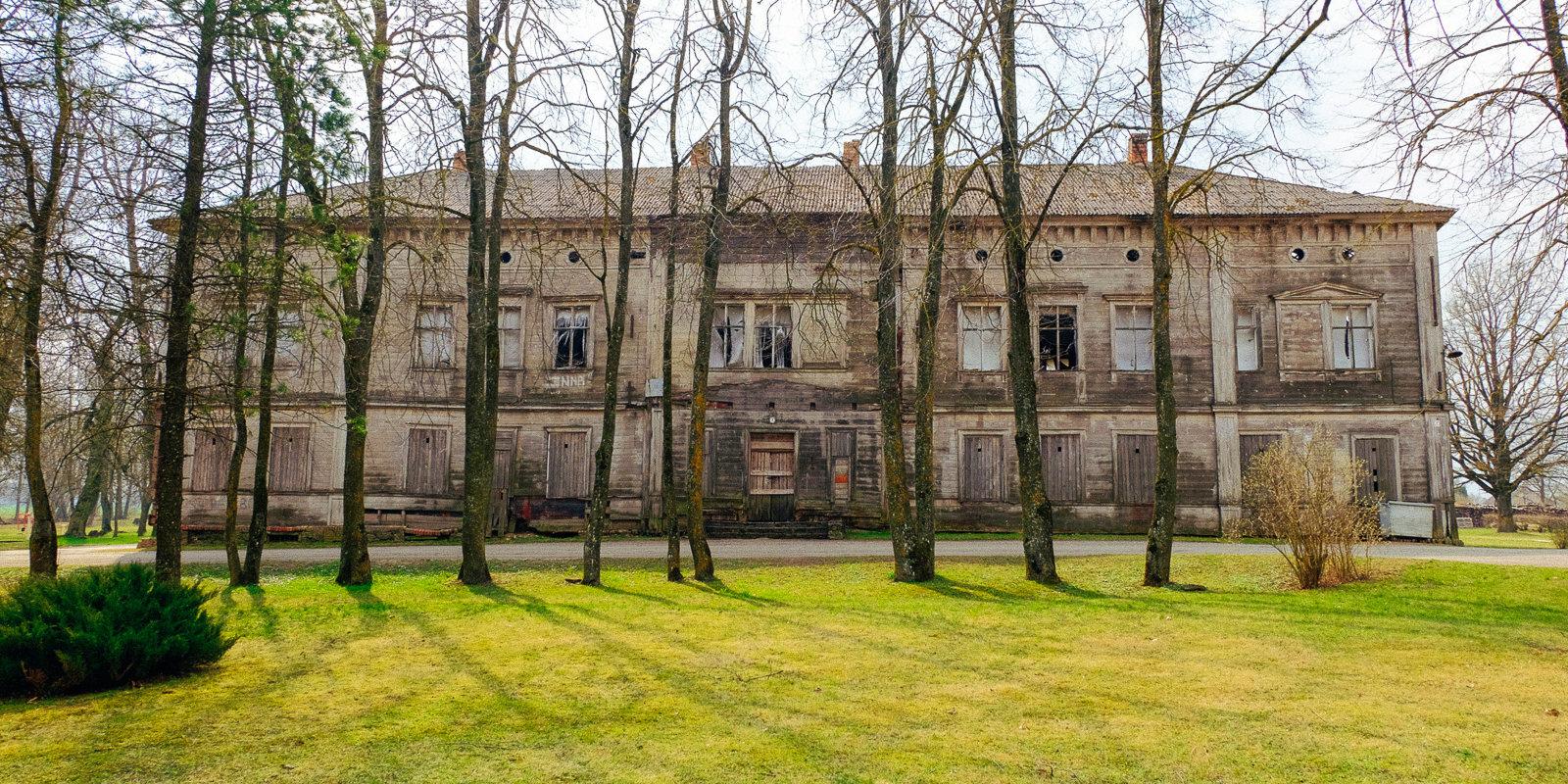 Zemgalē grib nojaukt Baltijā senāko koka muižas ēku
