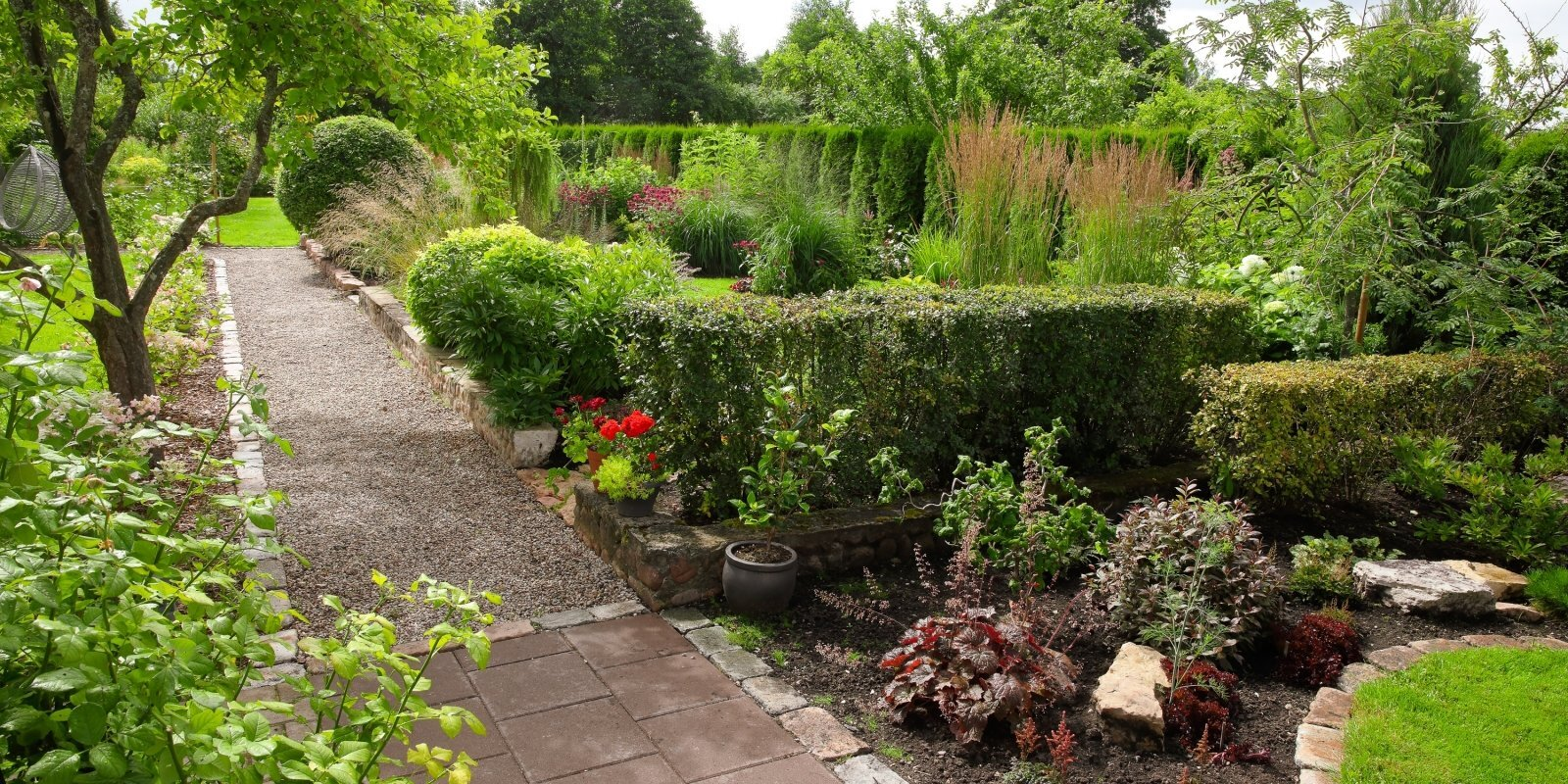Katrā dārzā jābūt mazam noslēpumam. Ciemos pie Jūrmalas skaistākā īpašuma saimnieces