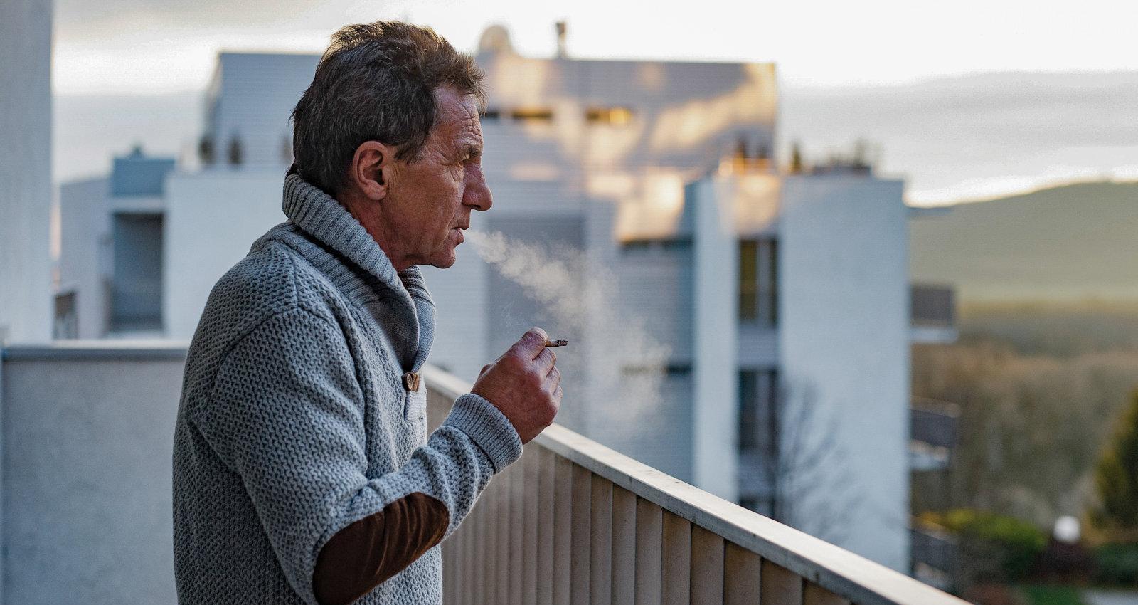 Uzpīpē uz balkona un saņem sodu. Vai likums par smēķēšanas ierobežošanu tiešām darbojas?