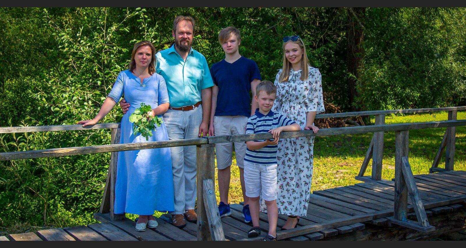 Svinēt svētkus tautastērpā ir pacilājoši. Mālkalnu ģimenes Jāņu tradīcijas