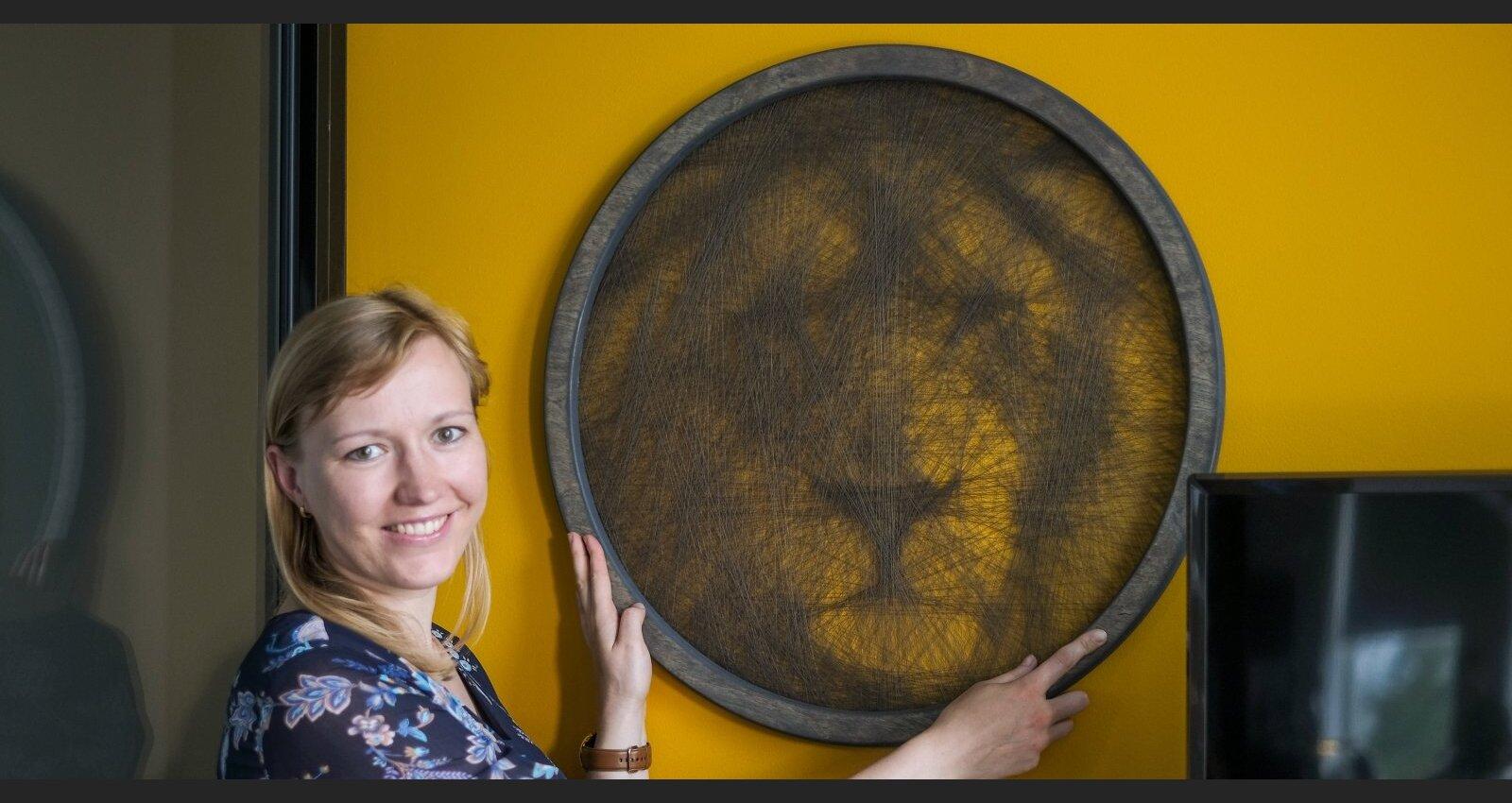 Diegu meistare Ilze Kalpiša par pikseļu pārvēršanu līnijās un gleznošanu ar spolīti