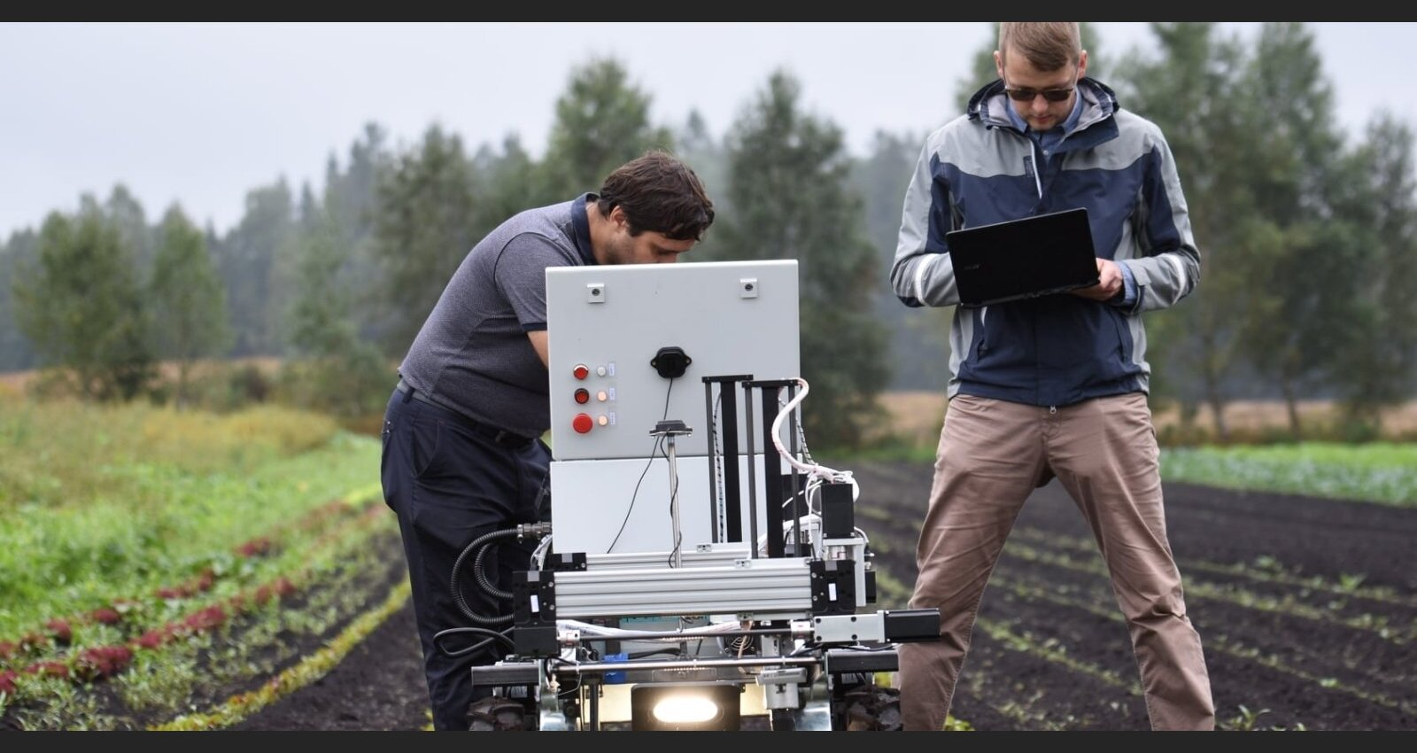 Bez sabojāta brīvlaika? Latviešu zinātnieki radījuši ravēšanas robotu un meklē ražotājus