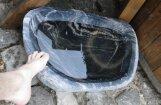 Foto: 'Delfi' lasītājs no vietējā laukakmens izgatavo kāju skalošanas bļodu