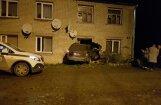 Foto: Džipa vadītājs Preiļos 'nepamana māju' un ietriecas sienā