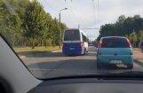 Video: Rīgas pasažieru busiņš aiztraucas pa pretējo joslu