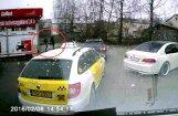 Video: Divi vīri automazgātavā Rīgā sarīko traci un izkaujas