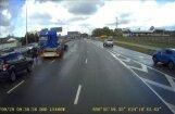 Video: Kravas auto saslīd un avarē uz Dienvidu tilta