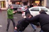 Video: Krievijā 'Bentley' limuzīna šoferis izkaujas ar 'StopHam' aktīvistiem