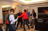 Video: Pasaules boksa supersērijas preses konferencē gandrīz nonāk līdz kautiņam