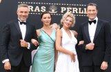 Spozme un glamūrs: teātra zieds pulcējas festivāla 'Jūras pērle' atklāšanā