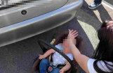 Pašvaldības policisti, izsitot stiklu, no sakarsuša auto izglābj zīdaini