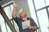 Atklās dzejnieka Pētera Brūvera kapa plāksni un dzejas krājumu 'Mācos rakstīt'