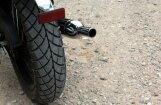 Piedzēries motociklists Salas novadā taranē žogu