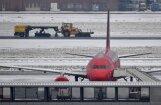 Foto: Nīderlandē un Beļģijā sniega dēļ atcelti simtiem avioreisu