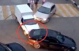 Video: Viens ar auto 'griež saulītes', otrs – apzināti taranē