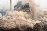 Foto: Frankfurtē pāris sekunžu laikā nojauc debesskrāpi