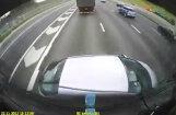 Video: Lielbritānijā kravas auto pa šoseju stumj 'hondu'