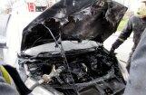 Foto: Pārdaugavā aizdedzies auto