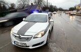 Divus Latgales reģiona ceļu policistus aiztur aizdomās par kukuļņemšanu