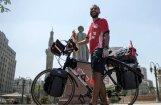 Ēģiptiešu futbola fans uz velosipēda iesācis ceļu uz Pasaules kausu