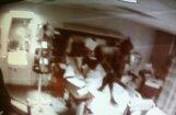 Virs mirstoša pacienta gultas nofotografē velnu