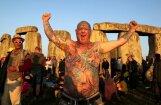 Foto: Neopagāni un jogotāji gada garākās dienas rītā sveic sauli