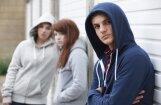 Pubertāte: meitenes nepamatoti pinkšķīgas un jautras; zēni – nesavaldīgi