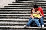 Bez tēva augušās meitenes seksuālo dzīvi uzsāk agrāk, liecina pētījumi