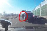 Video: Rīgā BMW, ātri manevrējot, ietriecas policijas mikroautobusā