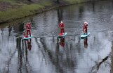 Kamanas ir pagātne – Rīgā Ziemassvētku veči airē ar SUP dēļiem
