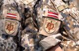 Латвийские солдаты с военной техникой участвуют в учениях НАТО в Солсбери