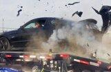 Video: Uz jaudas stenda pie 240 km/h sprāgusi riepa izārda auto
