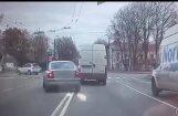 Video: Rīgā 80 gadus vecs šoferis policijas acu priekšā pārkāpj satiksmes noteikumus