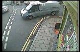 Video: Lielbritānijā vīrietis izdzīvo pēc dramatiskas sadursmes ar automašīnu