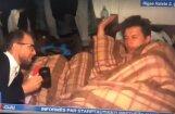 Pašmāju interneta hits: žurnālists pārbiedē aizmigušu Dziesmu svētku dalībnieku