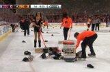 Video: NHL spēlē līdzjutēji sumina hokejistu par nesasniegtu 'hat trick'