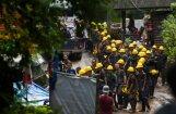 Tuvojošās lietusgāzes apdraud Taizemes alā iesprostotos; glābējiem izdodas pazemināt ūdens līmeni