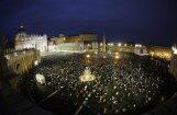 Pāvests ievēlēts – zvanu skaņas un gaviles pāršalc Vatikānu