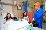 Foto: Karaliene Elizabete II slimnīcā apciemo Mančestras teroraktā ievainotos