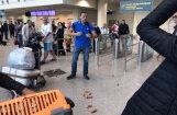 Video: Navaļniju lidostā apmētā ar sardelēm
