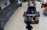 Video: Vērienīgā operācijā veikalā Rīgā aiztur sešu noziedznieku grupu