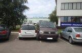 Sirsnīgā parkošanās paraugstunda netālu no tirdzniecības centra 'Riga Plaza'