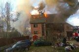 Video: Dzēšot paaugstinātas bīstamības ugunsgrēku Bukultos, cieš divi ugunsdzēsēji