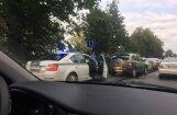 Foto: Pie tirdzniecības centra 'Dole' viena otrā ieskrien četras automašīnas