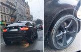 Foto: Rīgā novērots 'BMW X6' ar 'plikām' vasaras riepām