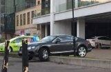 Pie Rīgas švītu naktslokāla 'Bentley' nav spējis pārvarēt betona apmali